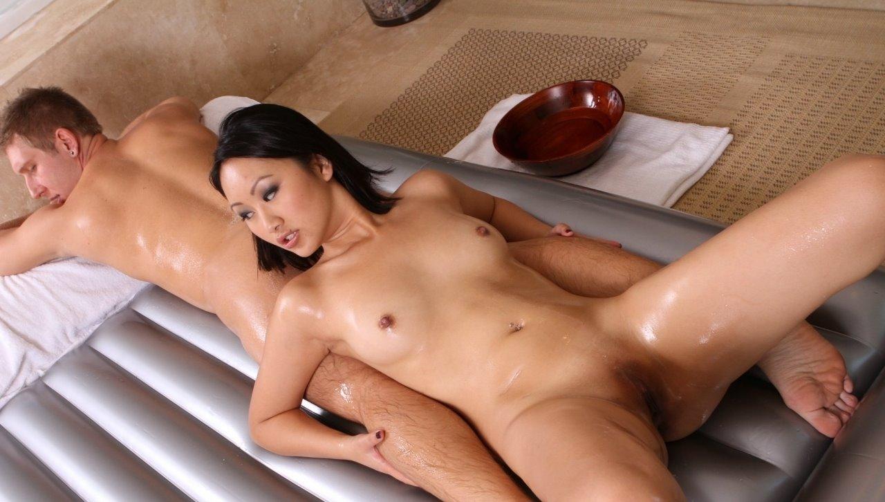Впервые сексуальный азиатки смотреть массаж