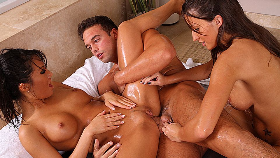 lizz-tayler-nuru-massage-threesome